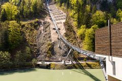 Τελεφερίκ σιδηρόδρομος που συνδέει το χωριό Stoos και την πόλη Schwyz στην Ελβετία Χαμηλότερος τελεφερίκ σιδηρόδρομος σταθμών στοκ εικόνες