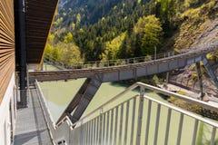 Τελεφερίκ σιδηρόδρομος που συνδέει το χωριό Stoos και την πόλη Schwyz στην Ελβετία Χαμηλότερος τελεφερίκ σιδηρόδρομος σταθμών στοκ φωτογραφία με δικαίωμα ελεύθερης χρήσης