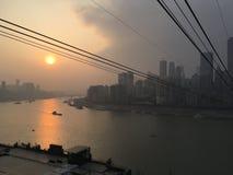 Τελεφερίκ σκαφών ποταμών ηλιοβασιλέματος πόλεων στοκ εικόνες