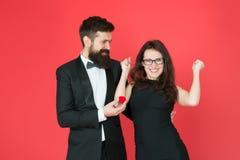 Τελικά εορτασμός ημέρας βαλεντίνων ευτυχές προκλητικό ζεύγος ερωτευμένο άτομο και κυρία σμόκιν στον εορτασμό δέσμευσης : στοκ εικόνα