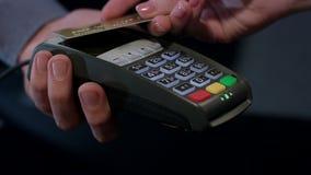 Τελική πληρωμή NFC Χέρι του πελάτη που πληρώνει την ανέπαφη πιστωτική κάρτα απόθεμα βίντεο