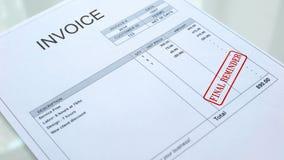 Τελική σφραγίδα υπενθυμίσεων που σφραγίζεται στο έγγραφο τιμολογίων, εμπορική επιχείρηση, χρέος στοκ εικόνα με δικαίωμα ελεύθερης χρήσης