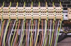 Τελικοί φραγμοί για τα ηλεκτρικά τερματικά σύνδεσης και επιχωμάτωσης για να στηρίξει στο θαλαμίσκο ελέγχου κλείστε επάνω Στοκ εικόνα με δικαίωμα ελεύθερης χρήσης