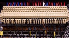 Τελικοί φραγμοί για τα ηλεκτρικά τερματικά σύνδεσης και επιχωμάτωσης για να στηρίξει στο θαλαμίσκο ελέγχου κλείστε επάνω Στοκ Φωτογραφίες