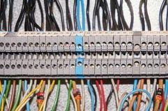 Τελικοί φραγμοί για τα ηλεκτρικά τερματικά σύνδεσης και επιχωμάτωσης για να στηρίξει στο θαλαμίσκο ελέγχου ανασκόπηση βιομηχανική Στοκ εικόνα με δικαίωμα ελεύθερης χρήσης