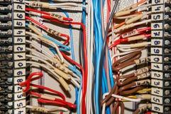 Τελικοί φραγμοί για τα ηλεκτρικά τερματικά σύνδεσης και επιχωμάτωσης για να στηρίξει ανασκόπηση βιομηχανική Στοκ εικόνα με δικαίωμα ελεύθερης χρήσης