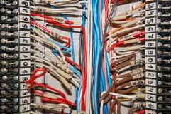 Τελικοί φραγμοί για τα ηλεκτρικά τερματικά σύνδεσης και επιχωμάτωσης για να στηρίξει ανασκόπηση βιομηχανική Στοκ Εικόνες