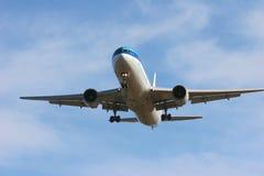 τελικό αεριωθούμενο αεροπλάνο προσέγγισης στοκ εικόνες