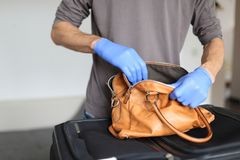 Τελωνείο στον αερολιμένα που κάνει το έλεγχο ασφαλείας των αποσκευών χεριών στοκ εικόνες με δικαίωμα ελεύθερης χρήσης