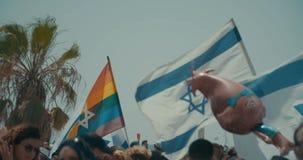 ΤΕΛ ΑΒΙΒ, Ισραήλ, στις 9 Ιουνίου 2017 Άνθρωποι που χορεύουν, που βαδίζουν και που κυματίζουν τη σημαία rianbow στην ετήσια παρέλα απόθεμα βίντεο