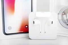 ΤΕΛ ΑΒΙΒ, ΙΣΡΑΗΛ - 23 ΝΟΕΜΒΡΊΟΥ 2017: Iphone Χ έξυπνο τηλέφωνο με το φορτιστή και το ακουστικό Η πιό πρόσφατη Apple Iphone 10 κιν Στοκ Φωτογραφία