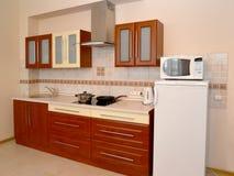 Τεμάχιο ενός εσωτερικού της κουζίνας με τις οικιακές συσκευές στοκ εικόνες