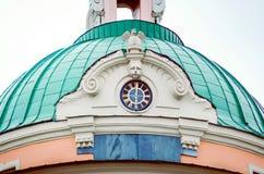 Τεμάχιο ενός ιστορικού κτηρίου στη Αγία Πετρούπολη, κινηματογράφηση σε πρώτο πλάνο Στέγη με ένα ρολόι στοκ φωτογραφίες με δικαίωμα ελεύθερης χρήσης