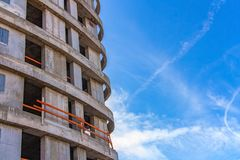 Τεμάχιο ενός κτηρίου κάτω από την οικοδόμηση ενάντια στον ουρανό στοκ φωτογραφία με δικαίωμα ελεύθερης χρήσης