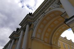 Τεμάχιο ενός κτηρίου με τις στήλες και την αψίδα στοκ εικόνες
