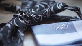 Τεμάχιο ενός πουκάμισου ατόμων ` s με έναν δεσμό στο πάτωμα δεσμός και χαρτομάνδηλο ατόμων ` s Πετσέτα τσεπών εξαρτημάτων φορεμάτ φιλμ μικρού μήκους