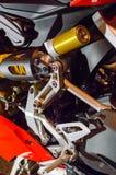 Τεμάχιο της αναστολής μιας σύγχρονης μοτοσικλέτας Μέρη αλουμινίου του πλαισίου Στοκ Εικόνα