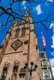 Τεμάχιο της εκκλησίας του ST Paul στην εκκλησία τριάδας Γουώλ Στρητ με τη αμερικανική σημαία, δέντρο στοκ εικόνες με δικαίωμα ελεύθερης χρήσης