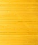Τεμάχιο της επιφάνειας (τοίχος) κίτρινα ξύλινα slats που τακτοποιούνται οριζόντια Στοκ Εικόνα