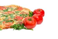 Τεμάχιο της μαγειρευμένων πίτσας και των ντοματών Στοκ Εικόνες