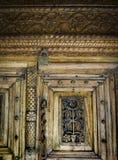 Τεμάχιο της ξύλινης γλυπτικής στην πόρτα Στοκ εικόνα με δικαίωμα ελεύθερης χρήσης