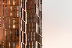 Τεμάχιο της σύγχρονης πρόσοψης πολυόροφων κτιρίων με τον ουρανό Στοκ φωτογραφίες με δικαίωμα ελεύθερης χρήσης