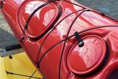 Τεμάχιο του λαμπρού ολοκαίνουργιου κόκκινου καγιάκ Στοκ εικόνα με δικαίωμα ελεύθερης χρήσης