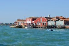 Τεμάχιο του αναχώματος πόλεων σε ένα ηλιόλουστο απόγευμα Νησί Murano, Βενετία Στοκ φωτογραφία με δικαίωμα ελεύθερης χρήσης