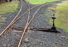Τεμάχιο του αρχαίου στενού σιδηροδρόμου διαμετρημάτων με ένα βέλος στοκ φωτογραφία με δικαίωμα ελεύθερης χρήσης