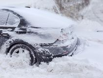 Τεμάχιο του αυτοκινήτου που καλύπτεται με το χιόνι κατά τη διάρκεια μιας χιονοθύελλας Στοκ φωτογραφία με δικαίωμα ελεύθερης χρήσης