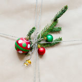 Τεμάχιο του δώρου ή της συσκευασίας με τη διακόσμηση Χριστουγέννων Στοκ Εικόνες