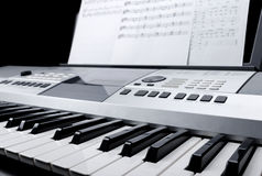 Τεμάχιο του ηλεκτρονικού πληκτρολογίου συνθετών με τα φύλλα κουμπιών ελέγχου και σημειώσεων μουσικής Στοκ φωτογραφίες με δικαίωμα ελεύθερης χρήσης