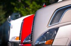 Τεμάχιο του μπροστινού μέρους των ημι φορτηγών που στέκονται στη σειρά Στοκ Εικόνα