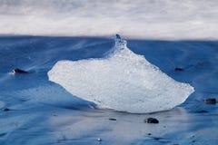 Τεμάχιο του παγόβουνου στην παραλία Jokulsarlon, Ισλανδία Στοκ εικόνα με δικαίωμα ελεύθερης χρήσης
