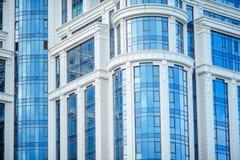 Τεμάχιο του σύγχρονου μπλε κτιρίου γραφείων με τα παράθυρα Στοκ Εικόνα