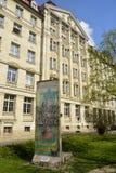 Τεμάχιο του τείχους του Βερολίνου που τοποθετείται κοντά στο κτήριο Runde Ecke στη Λειψία στοκ φωτογραφία με δικαίωμα ελεύθερης χρήσης