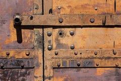 Τεμάχιο των παλαιών σκουριασμένων πυλών σιδήρου με τα καρφιά Στοκ Εικόνες