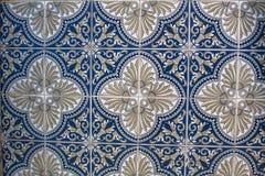 Τεμάχιο των πορτογαλικών παραδοσιακών κεραμιδιών Azulejo με το σχέδιο στο παλαιό Πόρτο Στοκ Εικόνες