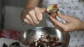 Τεμαχίζοντας βούτυρο κακάου γυναικών για το μαγείρεμα της κατ' οίκον γίνοντης σοκολάτας απόθεμα βίντεο