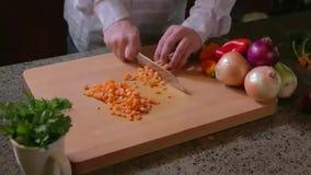 Τεμαχίζοντας καρότα ατόμων απόθεμα βίντεο