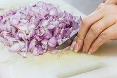 Τεμαχίζοντας κρεμμύδια γυναικών χεριών Στοκ Φωτογραφίες