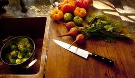 τεμαχίζοντας λαχανικά Στοκ Εικόνες