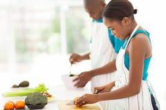 Τεμαχίζοντας ντομάτα γυναικών Στοκ φωτογραφία με δικαίωμα ελεύθερης χρήσης