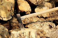 Τεμαχίζοντας ξύλα τσεκουριών Στοκ εικόνες με δικαίωμα ελεύθερης χρήσης