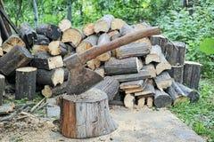 Τεμαχίζοντας ξύλο με ένα τσεκούρι Στοκ εικόνα με δικαίωμα ελεύθερης χρήσης
