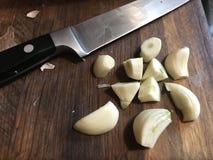 Τεμαχίζοντας φρέσκο σκόρδο στοκ εικόνες με δικαίωμα ελεύθερης χρήσης