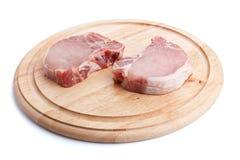 τεμαχίζοντας χοιρινό κρέας μπριζολών χαρτονιών ακατέργαστο Στοκ φωτογραφία με δικαίωμα ελεύθερης χρήσης