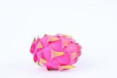 Τεμαχισμένα ακατέργαστα οργανικά φρούτα δράκων dragonfruit ή pitaya στα άσπρα τρόφιμα φρούτων δράκων υποβάθρου υγιή που απομονώνο Στοκ Εικόνες
