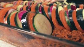 Τεμαχισμένα λαχανικά σε ένα τηγάνι γυαλιού Ερασιτεχνικό μαγείρεμα του σπιτικού ratatouille Στοκ φωτογραφία με δικαίωμα ελεύθερης χρήσης