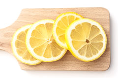 Τεμαχισμένα λεμόνια στον τέμνοντα πίνακα Στοκ εικόνα με δικαίωμα ελεύθερης χρήσης